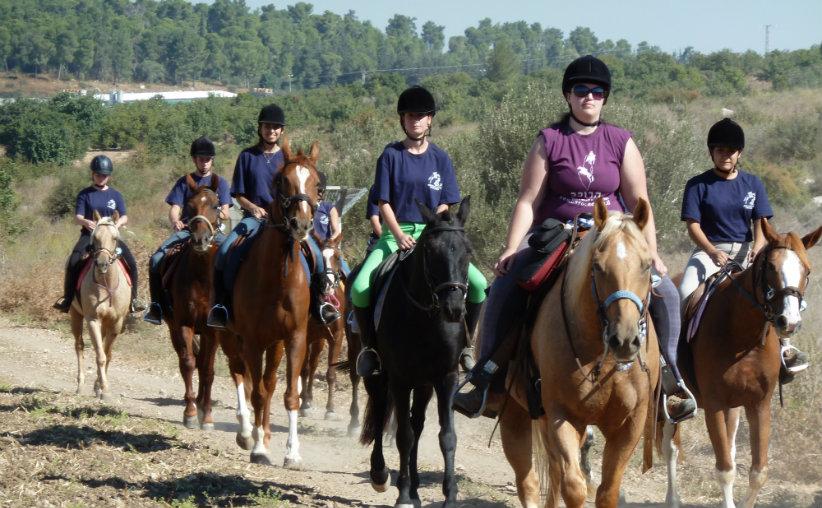 פנימיה כנות רכיבה על סוסים